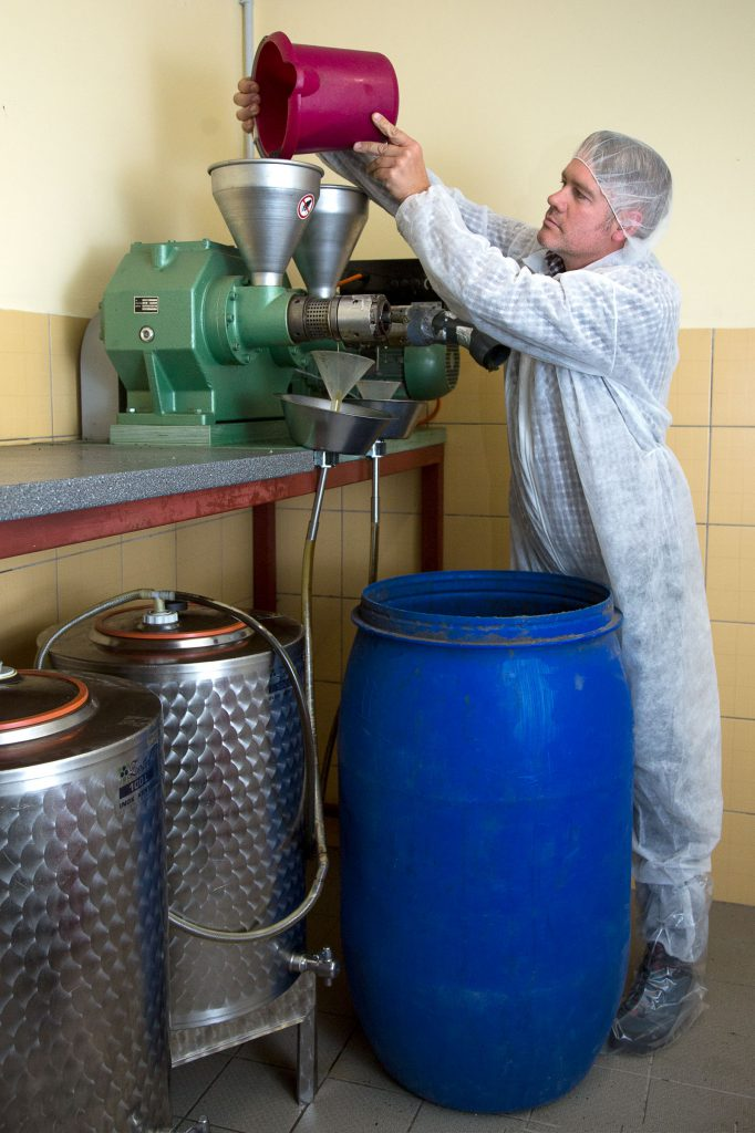 Frank Gadow befüllt seine Ölmühle