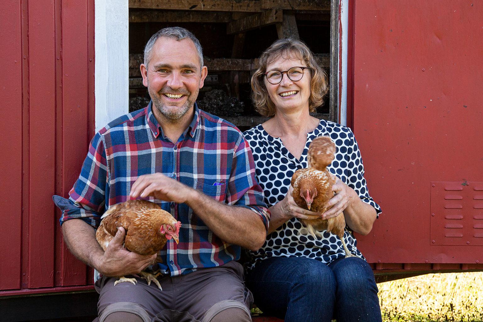 Dirk und Sonja Tensfeldt mit zwei ihrer Hühner.