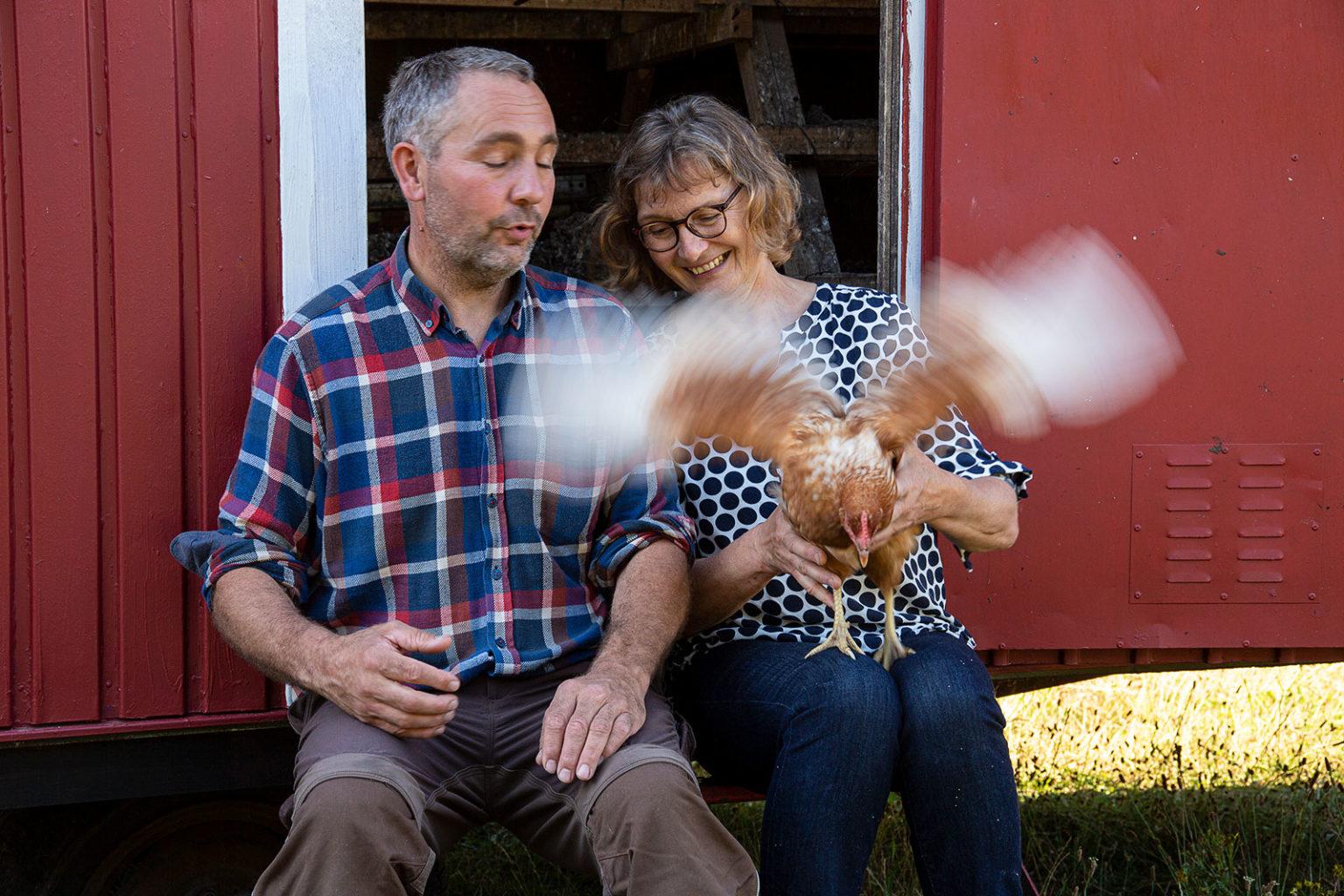 Dirk und Sonja Tensfeldt. Das Huhn hat was anderes vor.